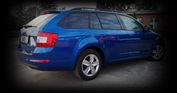 zdjęcie niebieskiego samochodu
