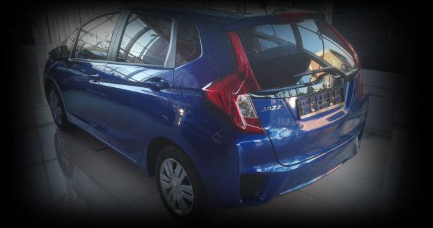niebieski samochód z czerwonym reflektorem