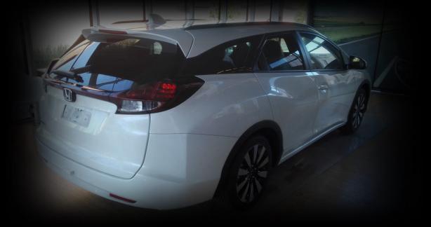 zdjęcie białego samochodu